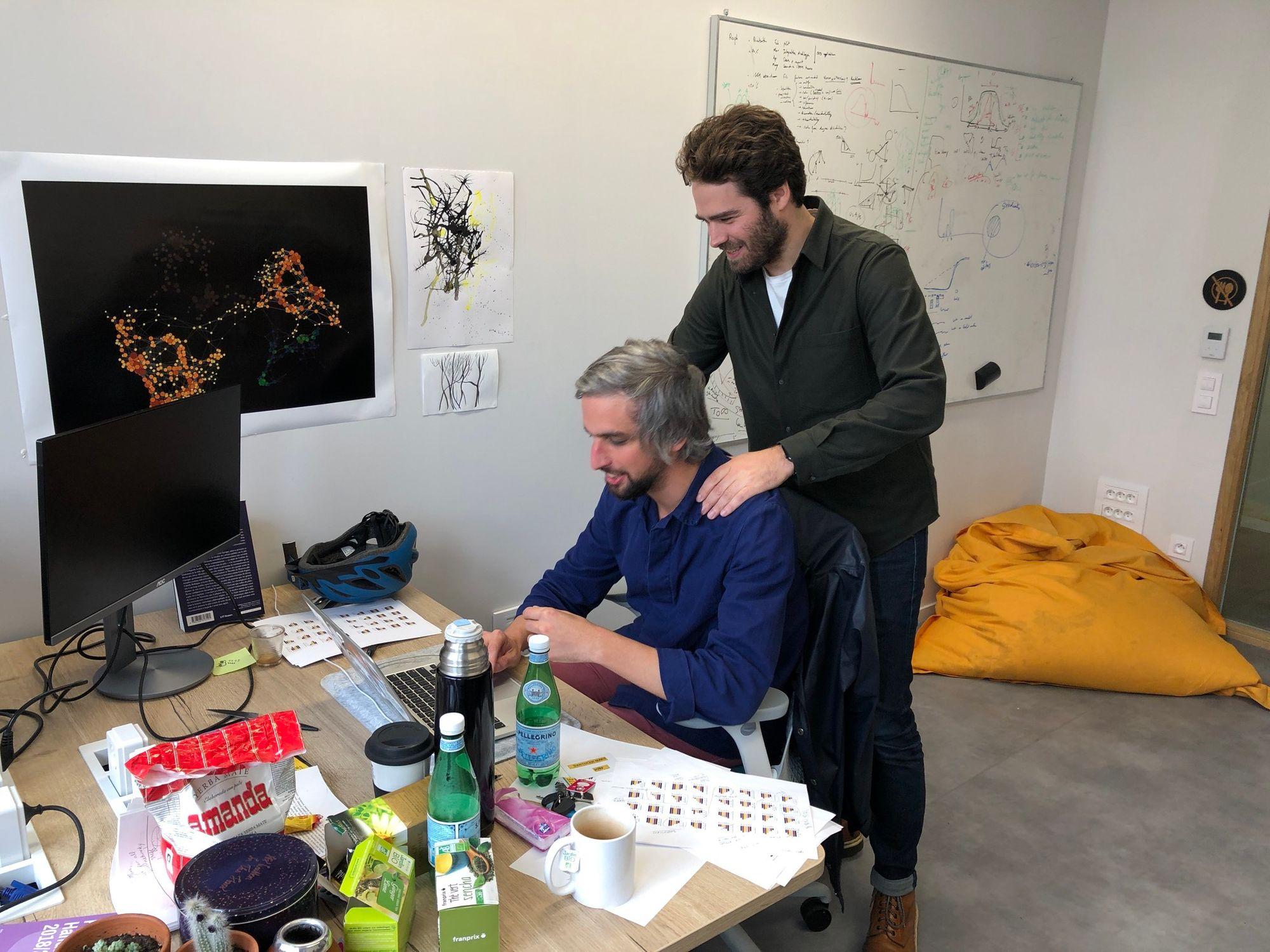 Marc Santolini (à g.) et Thomas Landrain, dans les bureaux de Jogl, au CRI.
